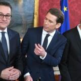 Østrigs præsident, Alexander Van Der Bellen (til højre), ledede indsættelsesceremonien, da Østrig mandag fik en ny højreorienteret regering under ledelse af den kun 31-årige konservative kansler Sebastian Kurz (i centrum) og vicekansler Heinz-Christian Strache fra Frihedspartiet, FPÖ (til venstre). Scanpix/Roland Schlager