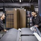 Virksomhedspraktik er for mange flygtninge vejen ud på arbejdsmarkedet og i fast job. Mathluom Horo Hamza (til højre) har været i virksomhedspraktik hos møbelfirmaet Softline i Maribo.