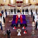 Søndag var i alt 8441 personer inde i kirken, hvor prinsen ligger på castrum doloris. Her er den lukkede, flagdækkede kiste placeret på en forhøjning.