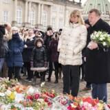 Statsminister Lars Løkke Rasmussen lægger sammen med sin kone Sólrun blomster på Amalienborg slotsplads i Prins Henriks minde. Søndag den 18. februar 2018ds. (Foto: Martin Sylvest/Scanpix 2018)