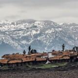 Tyrkiske kampvogne ved den tyrkisk-syriske grænse i Hatayprovinsen. Ifølge tyrkiske kilder har Tyrkiet dræbt mindst 260 kurdiske soldater i den seneste militære operation i det nordlige Syrien, der har varet siden lørdag. 24. januar 2018.