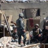 Afghanske soldater i Paktia-provinsen efter et Taliban-angreb i sidste uge. USA og andre Nato-lande overvejer at sende flere soldater til Afghanistan for at hjælpe landets overbebyrdede sikkerhedsstyrker. Scanpix/Farid Zahir
