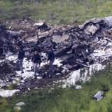 Israelske sikkerhedsfolk ved vraget af et nedskudt F-16 fly, som lørdag deltog i luftangreb inde i Syrien. Episoden er den alvorligste mellem Israel, Iran og Syrien, siden den syriske borgerkrig begyndte i 2011. Scanpix/Rami Slush