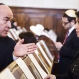 Søren Espersen (DF) og Özlem Cekic (SF) i samtale under markeringen af 200-året for jøders ligeberettigelse i Danmark i synagogen i København.