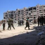 - Efter at Syrien og Rusland har genoptrappet deres fælles luftoperationer, har vi set klyngebomber blive anvendt igen og igen ved Aleppo, siger menneskerettighedsorganisationen Human Rights Watch (HRW). Klyngebomber, der er forbudt af de fleste lande, består af mange mindre bomber, som spredes og detonerer over et større område. Scanpix/George Ourfalian