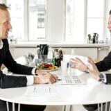 Topcheferne begår flere fejl, end de har gjort tidligere. Det er en udvikling, der givetvis peger i retning af større handlekraft – men også større risikovillighed – hos de danske erhvervsledere, mener Torben Tolshøj. Arkivfoto: Personlighedstest ved Torben Tolstøj med Jeppe Kofod til højre.