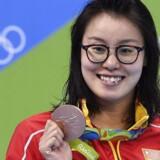 Fu Yuanhui med sin bronzemedalje. Foto: AFP/Gabriel Bouys