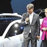 September 2015: Den nye BMW-chef, Harald Krüger, får et ildebefindende og dratter om scenen til bilmessen i Frankfurt. Arkivfoto: Reuters September 2017: Harald Krüger er i topform på bilmessen i Frankfurt og fortæller kansler Angela Merkel om den tyske koncerns visioner om eldrevne biler. Foto:Daniel Roland