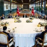 Den tyrkiske præsident Recep Tayyip Erdogans talsmand afslører at de tre ledere for den tyrkiske flåde, hær og luftvåben ikke fremover vil have disse poster. Det sker efter et langt møde i Ankara, med flere af den tyrkiske hærs øverste befalingsmænd.