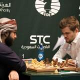 Nordmanden Magnus Carlsen forsøger i disse dage i Saudi-Arabiens hovedstad Riyadh at genvinde sine VM-titler i lyn- og hurtigskak.