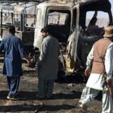 Pakistanske Taliban hævder at stå bag eksplosion, der har kostet fire betjente og to civile livet i Pakistan.