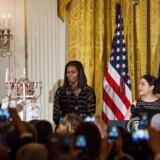 Chanuka er en almindeligt indslag i amerikansk kulturliv, fordi der er mange jøder i USA. I år er familien Obama med til at tænde chanuka-stagen i Det hvide Hus.