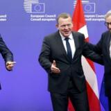Da statsminister Lars Løkke Rasmussen (V) første gang diskuterede en dansk særaftale om fortsat operationel deltagelse i politisamarbejdet Europol, var beskeden fra EU-Kommissionens formand, Jean-Claude Juncker (th), og EUs rådsformand, Donald Tusk (tv), at det ville blive »meget, meget svært«. Men humøret var højt, og efter fremskridt i forhandlingerne de seneste måneder er optimismen i den danske regering nu steget.