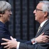 Storbritanniens premierminister, Theresa May, tog sidste onsdag imod EU-Kommissionens formand, Jean-Claude Juncker, og EUs Brexit-chefforhandler, Michel Barnier, i London. Ifølge et læk var der meget langt mellem parterne på mødet, men onsdag forsøgte både Juncker og Barnier at gøre det klart, at et britisk exit uden en skilsmisseaftale vil være uhyre skadeligt for begge parter. Men især for briterne, ifølge EU-forhandlerne. REUTERS/Hannah McKay