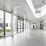 Psykiatrisk Sygehus i Aabenraa bliver kritiseret for de mange vinduer, der betyder, at forbipasserende på gaden stiller sig og kigger ind på de psykisk syge patienter.