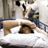 Halvdelen af lægerne på landets sygehuse går dagligt eller ugentligt på kompromis med kvaliteten i patientbehandlingen, viser en rundspørge fra Berlingske.