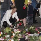 Ægteparret Jørgen og Kirsten Kragh blev onsdag aften mindet med et fakkeloptog i Låsby mellem Aarhus og Silkeborg, hvor ægteparret boede i 35 år. Jørgen og Kirsten Kragh blev tirsdag fundet dræbt i deres bil, da politiet anholdt deres søn Lars Kragh.