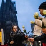En fredelig demonstration fandt sted torsdag eftermiddag foran banegården i Køln, hvor medlemmer af en tysk-tunesisk forening havde stillet sig op for at dele roser ud til forbipasserende kvinder.