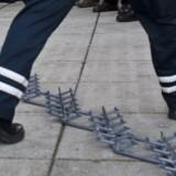 To mænd forsøgte lørdag forgæves at slippe fra politiet i Hjørring, men blev stoppet af politiets sømmåtter. Arkivfoto. Scanpix/Nikolai Linares