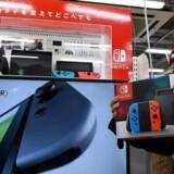 Nao Imoto poserer med sin nyindkøbte Nintendo Switch