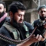 Syriske oprørsstyrker har skudt et kampfly fra den syriske regering ned. Det oplyser oprørene selv. Flyet blev skudt ned nær en våbenhvile-zone.