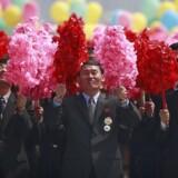 Nordkoreanske mænd med pompommer ses under paraden i anledning af »Solens Dag«-festivalen på »Kim Il Sung-pladsen« i hovedstaden Pyongyang, North Korea, 15. april 2017. Nordkorea afholder i dag »Solens Dag«-festivalen for at markere landets grundlægger Kim Il-sungs 105-års fødedag. Under paraden fremvistes også en ny type langtrækkende missil, som har resulteret i yderligere spændinger mellem USA og Nordkorea.