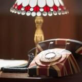 Telefoner er ikke bandlyst på den britiske pub - de virker bare ikke. Bortset fra disse festlige fastnettelefoner, som står på hvert bord. Men man kan kun ringe til nabobordene eller til baren og bestille lidt mere. Foto: The Gin Tub