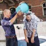 Aftenshowets værter hældte i 2014 iskoldt vand udover dem selv, fordi fænomenet »Ice Bucket Challenge« var på sit højeste. Ice Bucket Challenge blev hurtigt et viralt hit, fordi mange kendte gik med til at få hældt koldt vand ud over dem selv, men legen var ikke kun sjov og ballade, aktiviteten skulle bruges til at skabe opmærksomhed om nervesygdommen ALS.