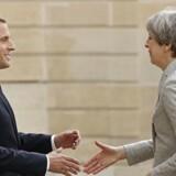 Emmanuel Macron mødte tirsdag Theresa May ved Elysee-paladset i Paris.