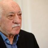 Blandt de hovedmistænkte, som er nævnt i anklageskriftet som en af de syv personer på flugt, er Erdogans ærkefjende Fethullah Gülen, som lever i eksil i USA.