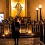 Rundt om i landet begynder flere og flere kirker at invitere folk indenfor i de sene aftentimer. Kirken arbejder for et mere afslappet image, mener forsker.