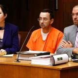 53-årige Larry Nassar (i midten) er anklaget i en række civile retssager i henholdsvis Michigan og Californien, hvor flere end 100 piger og kvinder beskylder ham for overgreb.