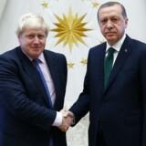 Den britiske udenrigsminister, Boris Johnson (tv), understreger venskabet til Tyrkiet og understreger, at han trods den diplomatiske krise mellem den tyrkiske regering og flere EU-lande gerne tager imod ministerbesøg fra Tyrkiet. I efteråret gæstede Johnson præsident Tayyip Erdogan (th) og udtrykte støtte for fremtidig tyrkisk optagelse i EU. Foto: Reuters