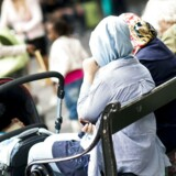 Arkivfoto af muslimsk mor med barnevogn på Strøget.