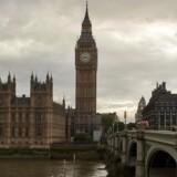 Elizabeth Tower, bedre kendt som Big Ben, og the Houses of Parliament set fra Themsen. Første runde forhandlinger om Storbritanniens afsked med EU begynder mandag d. 19. juni.