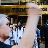 Der har været protester uden for ´Trump Tower´, efter at Højesteret mandag med en kendelse accepterede, at præsident Donald Trump iværksætter et foreløbigt - men begrænset - indrejseforbud for borgere fra seks muslimske lande. Dette træder i kraft i dag. Til oktober vil Højesteret gå i dybden med, om indrejseforbuddet må fortsætte og i givet fald i hvilken form. Spencer Platt/Getty Images/AFP