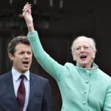 Hendes Majestæt Dronning Margrethe fejrede søndag d. 16. april sin 77-års fødselsdag på Marselisborg Slot sammen med børn og børnebørn. Her er Kongefamilien samlet på verandaen .(foto: Henning Bagger / Scanpix 2017)