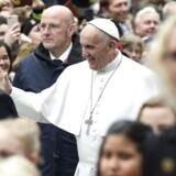 Pave Frans hilser på fremmødte under sit historiske besøg i Lund mandag.