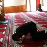 En mand beder i moskeen i Ripoll, hvor imam Abdelbaki Es Satty prædikede. August 19, 2017. REUTERS/Susana Vera