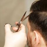 Bølgerne går højt på en eliteskole i Australien, hvor en lærer er blevet fyret for at have klippet en elevs hår.