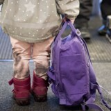ARKIVFOTO. Afskedsscener mellem børn og forældre kan blive for lange, men ofte peger pilen på vuggestuen eller børnehaven, når far eller mor har svært ved at sige farvel
