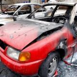 Her er det to parkerede biler på Nitivej på Frederiksberg, der er udbrændt.