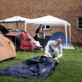 Folk ligger i teltlejer for at komme først til at købe dyre lejligheder i Carlsbergbyen når de bliver frigivet søndag formiddag. Sidst tilkommende i køen skriver sig op i køen og slår sit telt op. 19. august 2017.