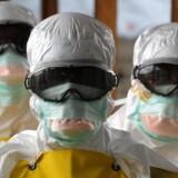 Udsendte fra Læger Uden Grænser forlader en højrisiko-zone under ebola-katastrofen i Liberia sidste år.