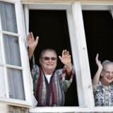 2009. Prins Henrik og dronning Margrethe vinker til de fremmødte foran Fredensborg Slot onsdag morgen d. 11. juni 2009, hvor regentparret blev vækket med morgensang ved Studenter-Sangforeningen i anledning af Prins Henriks 75 års fødselsdag.