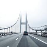 Tirsdag fraråder Vejdirektoratet vindfølsomme køretøjer at passere Storebæltsbroen og Øresundsbroen.