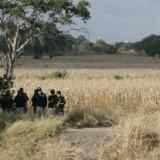 Arkivfoto: Mexicansk politi står vagt under eftersøgningen af en massegrav i 2013.