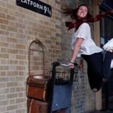 Tusinder af unge har i deres tanker taget turen med Harry Potter til troldomsskolen. Mange steder i London som her på Kings Cross Station kan man udleve drømmen om at følge Potters fiktive fodspor, og bøgerne har har sat deres store aftryk på flere generationer. Foto: Eddie Keogh/Reuters