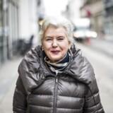 Tineke Færch er med krykke disse dage efter at være blevet opereret i ryggen i Lissabon. »Så kunne jeg se min søn Erik samtidig (Erik Færch, der bor i Lissabon, red.) ,« siger hun om operationen, der er »gået godt«.
