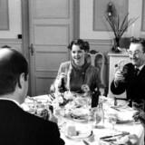 Det er sværere end som så for fremmede at blive inviteret hjem til danskerne. Her en familiemiddag i tv-serien Matador.